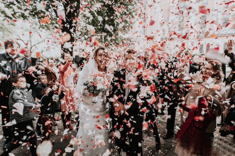 9 alternatives to rice, confetti and petals for the ceremony